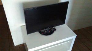 レンタルで納品したテレビとテレビ台の写真