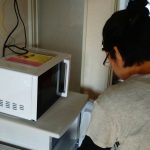 レンタルで納品した冷蔵庫と電子レンジとお客様の写真