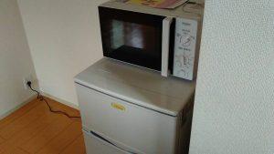 レンタルで納品した電子レンジと冷蔵庫の写真