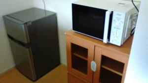 レンタルで納品した電子レンジ、ミニ食器棚の写真
