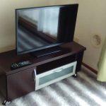 レンタルで納品した液晶テレビとローボードの写真