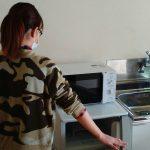 納品の際の電子レンジとお客様の写真